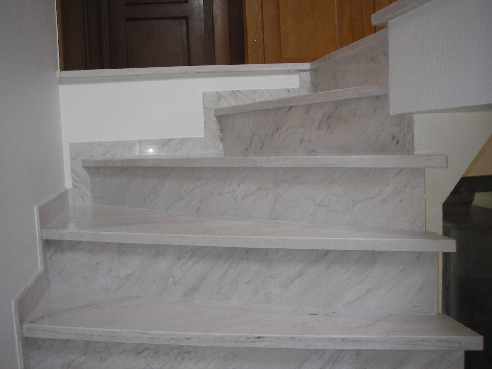 escalier travertin interieur id e inspirante pour la conception de la maison. Black Bedroom Furniture Sets. Home Design Ideas