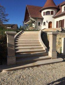 Escalier en pierre de massangi avec deux colonnes