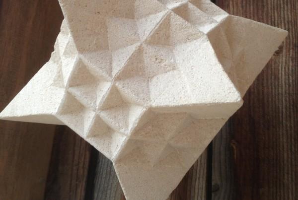 Structure géométrique en pierre - Sculpture