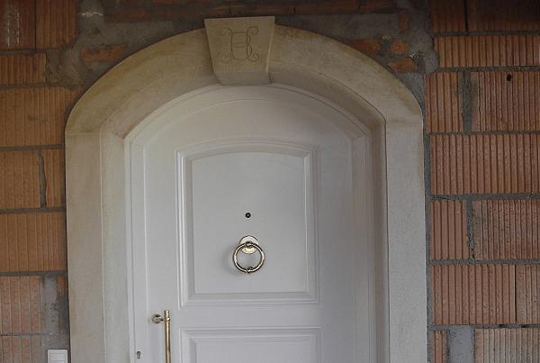 Encadrement de porte d'entrée avec initiale